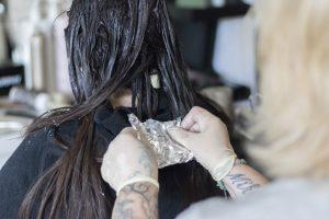 Andrea Bachmayer färbt Kundin die Haare