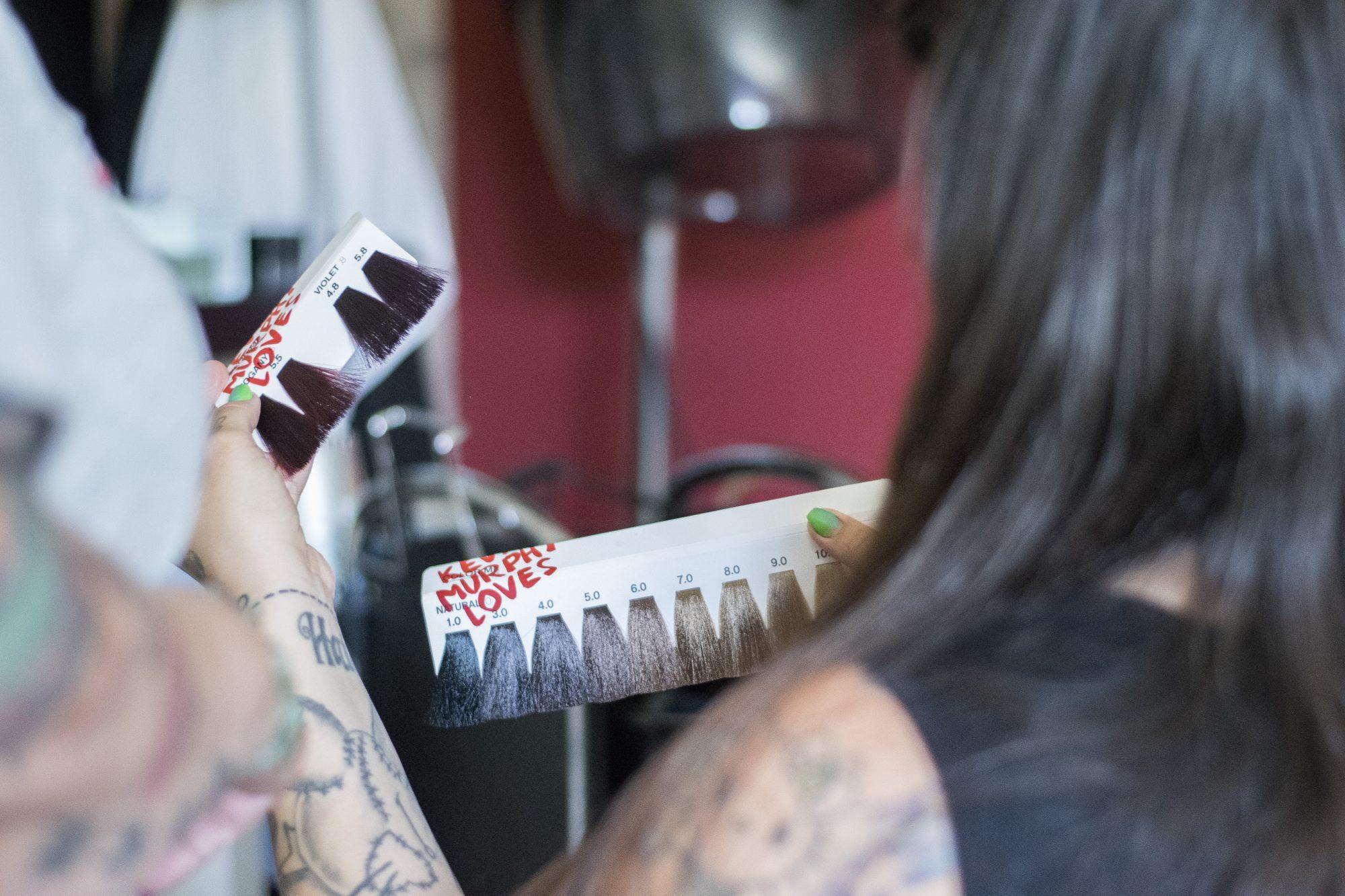 Kundin sucht sich neue Haarfarbe aus