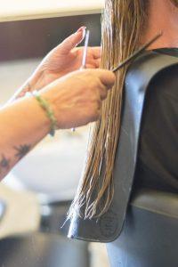 Andrea Bachmayer schneidet Kundin die Haare.
