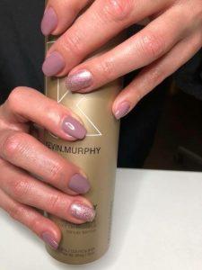 Maniküre mit Gellac. Damit die Nägel länger glänzen.