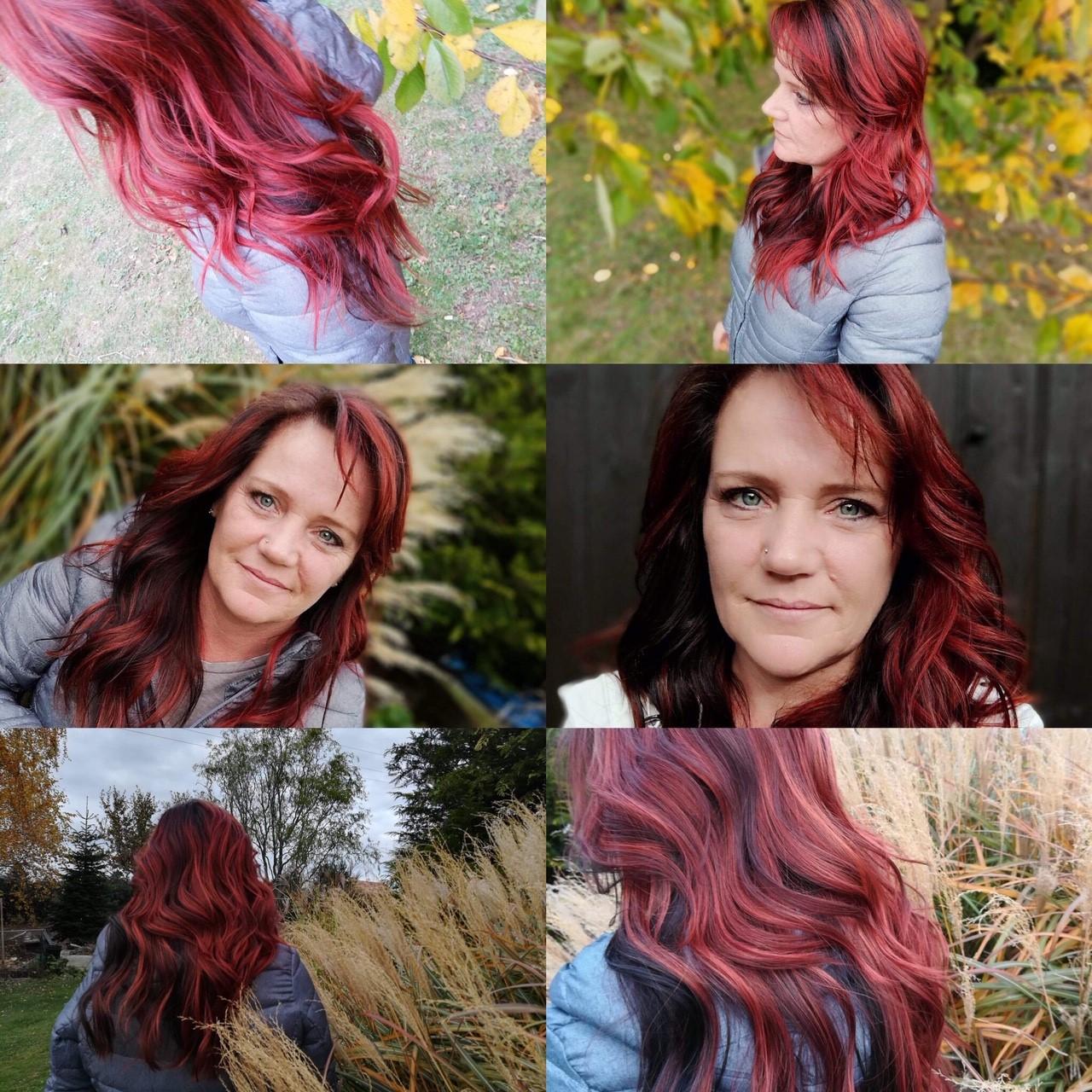 Frau mit schwarz-roten Haaren und Beachwaves.